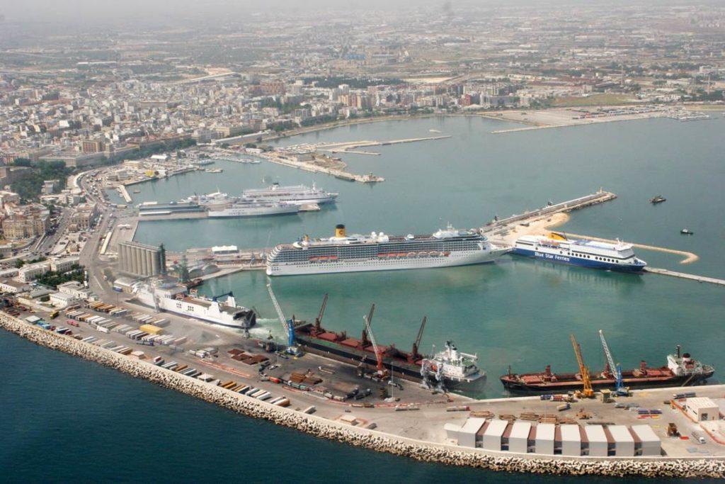 Veduta aerea del porto di Bari